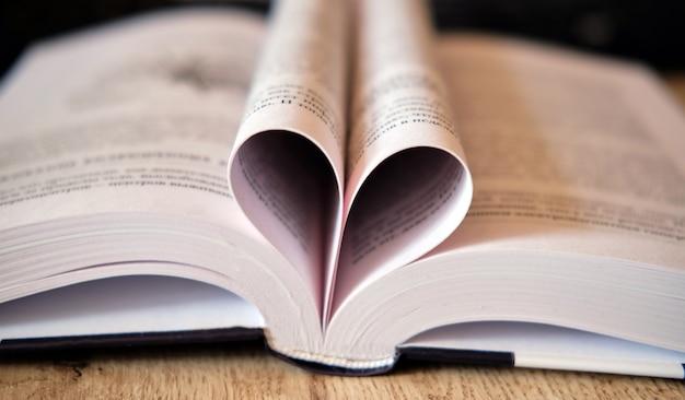 Forme de coeur d'amour des feuilles du livre