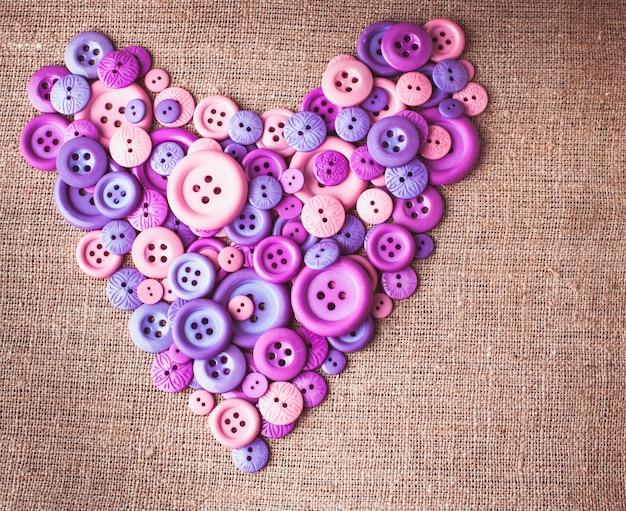 Forme de coeur de boutons sur toile textile