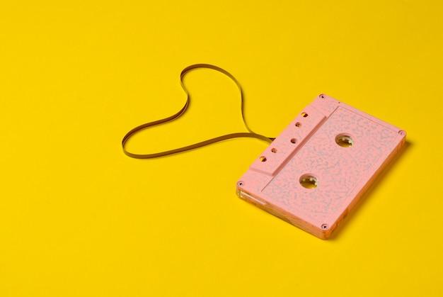 En forme de cœur de cassette audio, vue de dessus. amour de hipster.