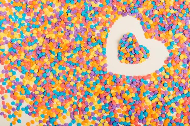 Forme de coeur de cercles colorés sur la table
