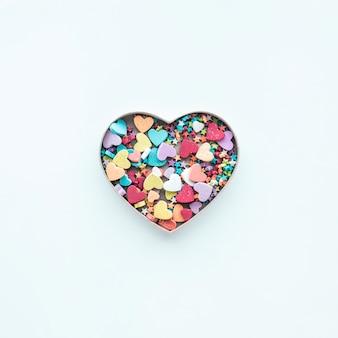 Forme de coeur coloré sur fond blanc.