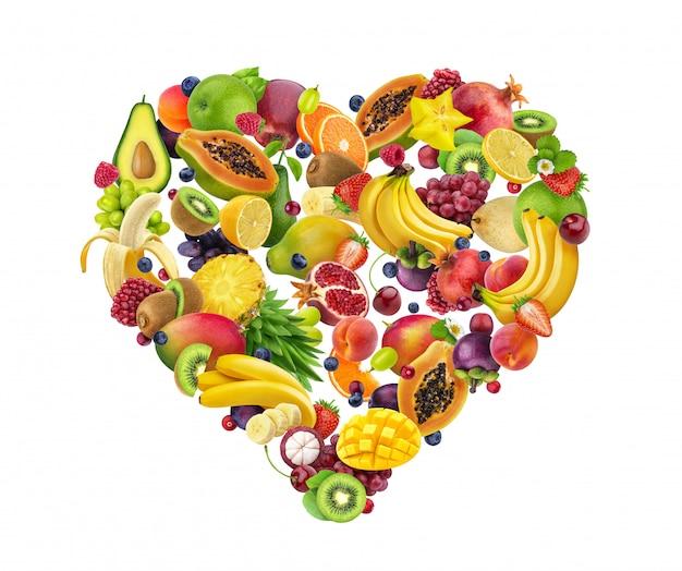 En forme de cœur composé de différents fruits et baies, isolé sur blanc