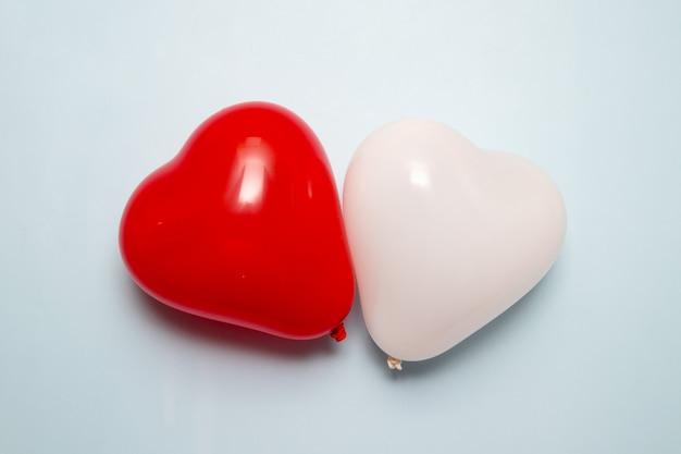 Forme de coeur deux ballons sur une surface bleue