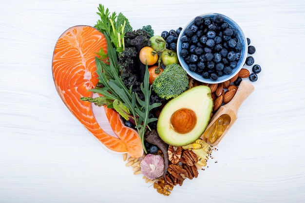 Forme de coeur du concept de régime cétogène faible en glucides.
