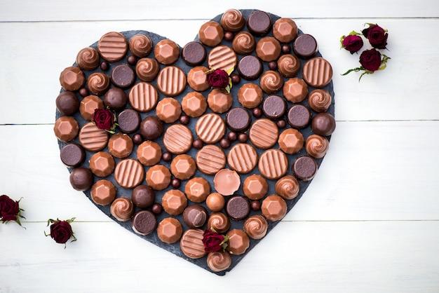 Forme de coeur faite avec divers types de truffes au chocolat