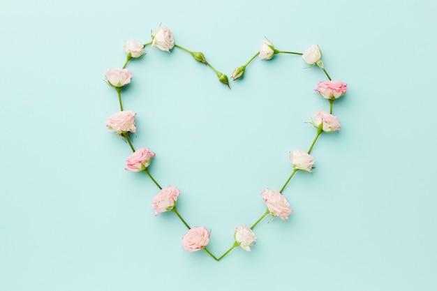 Forme de coeur faite de fleurs vue de dessus