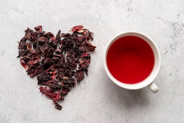 Forme de coeur d'herbes et tasse de thé