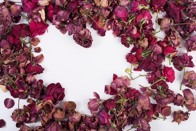 Forme de coeur de roses autour sur blanc