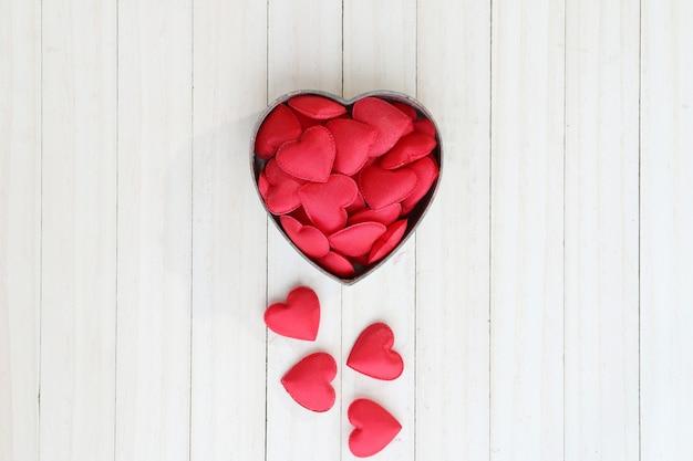 Forme de coeur rouge dans la boîte.