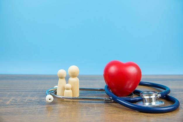 Forme de coeur rouge et stéthoscope médical.