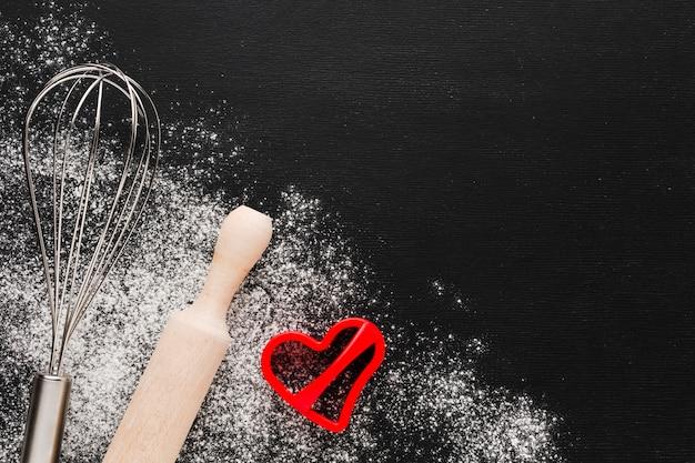 Forme de coeur avec rouleau à pâtisserie et farine