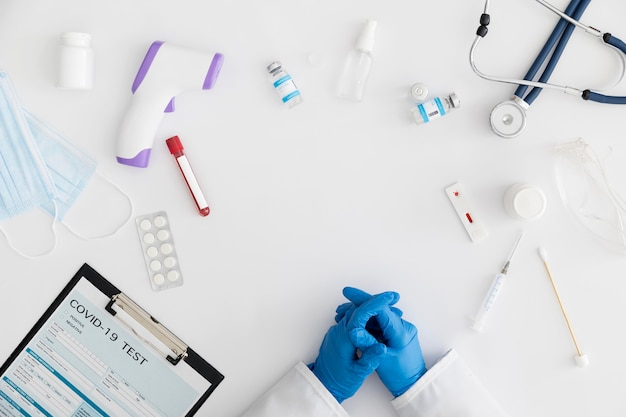 Forme covid entourée de médicaments et d'un thermomètre