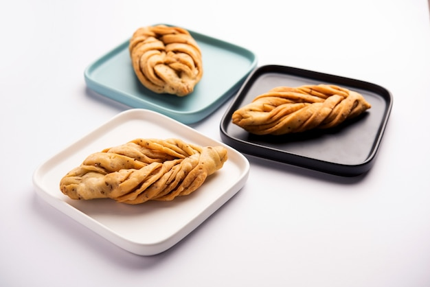 Forme de feuille ou laccha mathri ou mathiya est une collation à l'heure du thé du rajasthan. c'est un biscuit feuilleté frit de la région du nord-ouest de l'inde