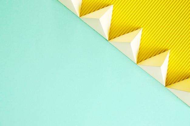 Forme géométrique de papier de copie-espace