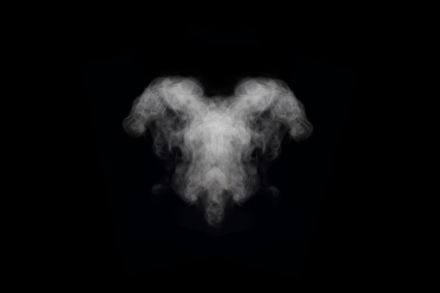 Forme inhabituelle de diverses fumées et vapeurs blanches isolées sur fond noir, espace de copie. brume abstraite ou arrière-plan de smog, élément de conception pour votre image, mise en page pour les collages.