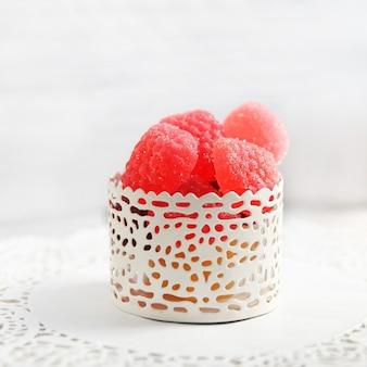 En forme de marmelade, baies, dans une tasse blanche sur fond clair