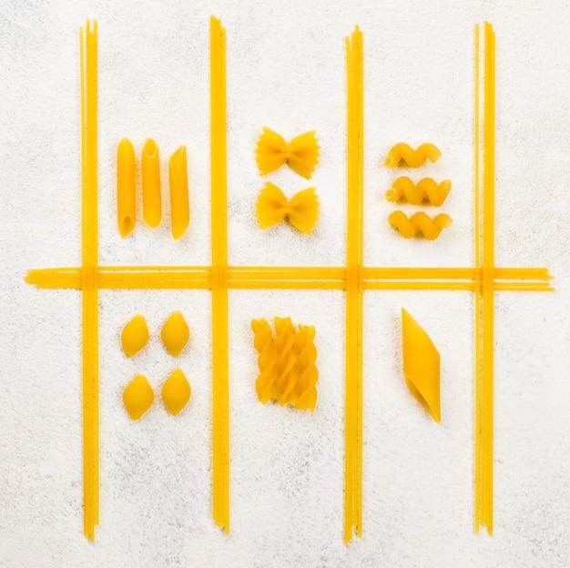 Forme de pâtes italiennes sur le bureau