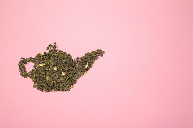 Forme de théière faite de feuilles de thé vert au jasmin sèches
