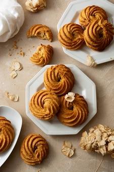 Forme de tourbillon de biscuits au beurre d'arachide. bouchées de collations protéinées saines faites maison, dessert sain