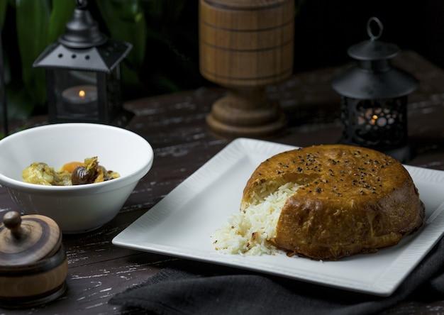 Forme de tranche de pizza coupée shah plov, nourriture nationale azerbaïdjanaise