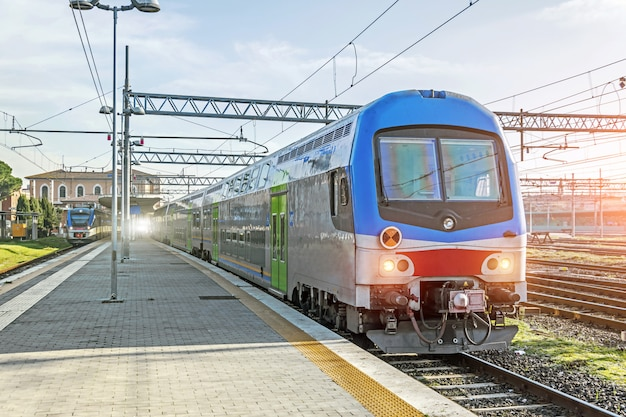 Former en attendant les passagers à la gare