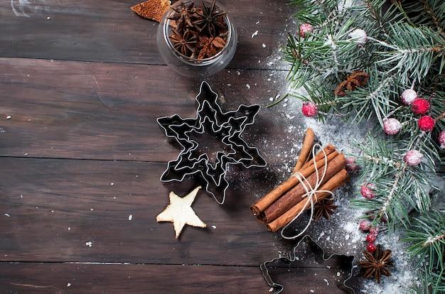 Formes de biscuits et d'épices sur une table en bois.