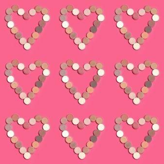 Formes de coeur d'ombres à paupières colorées sur rose