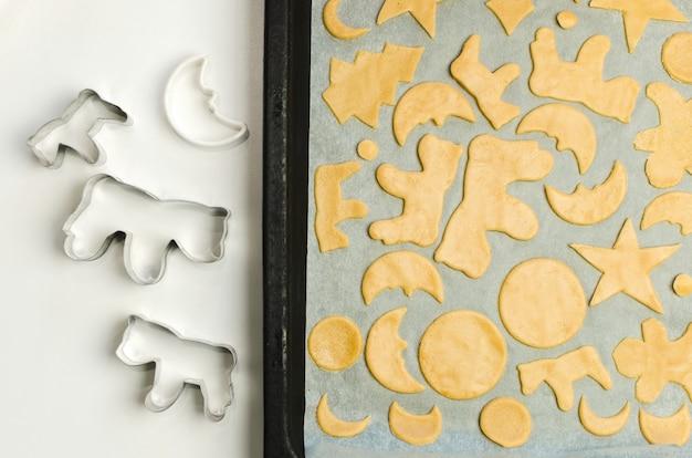 Formes d'emporte-pièce de noël et pâte crue