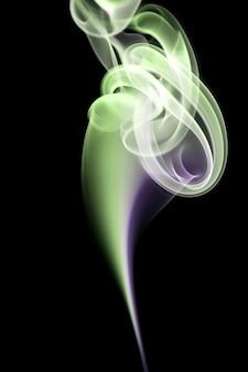 Formes de fumée abstraite sur fond noir
