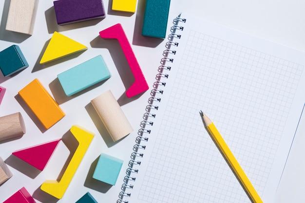 Formes géométriques et un bloc-notes vierge