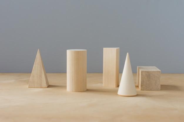 Formes Géométriques En Bois Sur Fond Gris Avec Espace De Copie. Apprentissage Préscolaire. Photo Premium
