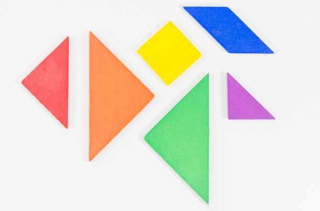 Formes géométriques avec les couleurs du drapeau fierté