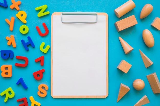 Formes géométriques et des lettres près du presse-papiers