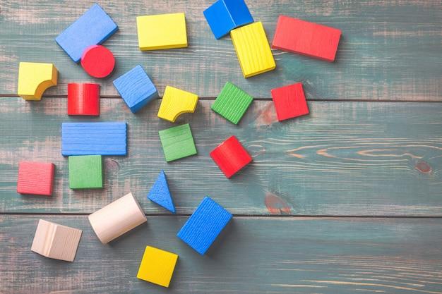 Formes géométriques pour la pensée logique des enfants. blocs de construction pour enfants.