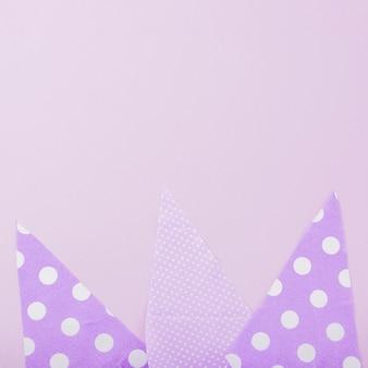 Formes de papier triangulaires sur fond uni