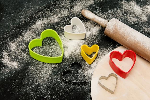Formes pour la cuisson des biscuits de coeurs. préparation de friandises pour la saint valentin