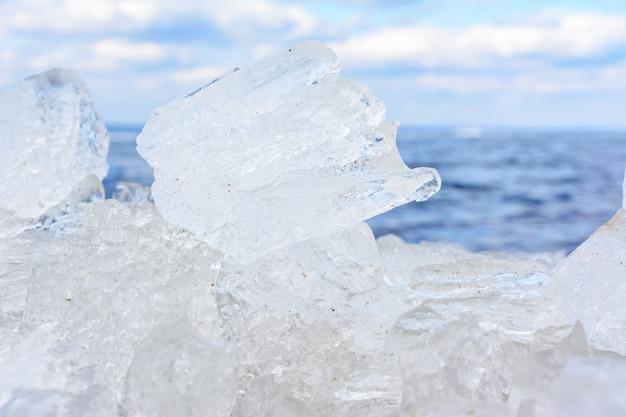 Formes et textures inhabituelles de cristaux de glace en gros plan dof peu profond avec espace de copie. paysage arctique, hivernal et printanier.