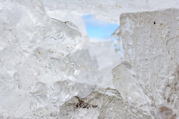 Formes et textures inhabituelles de cristaux de glace en gros plan dof peu profond avec espace de copie. paysage d'hiver et de printemps.