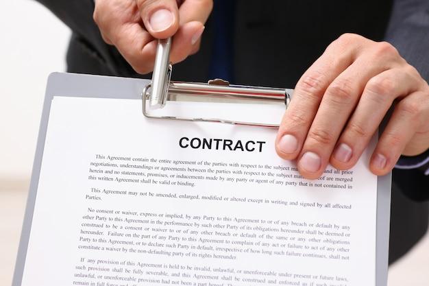 Formulaire de contrat d'offre de bras masculin en costume sur