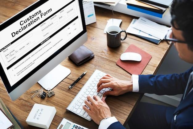 Formulaire de déclaration en douane facture concept de colis de fret