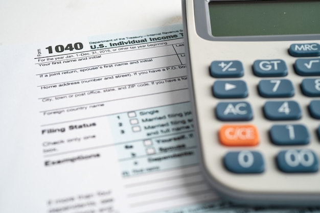 Formulaire de déclaration d'impôt 1040 et billet de banque en dollars, revenu individuel américain.