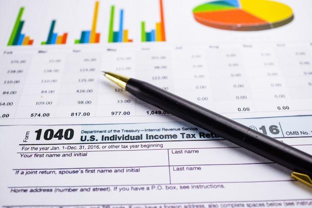 Formulaire de déclaration de revenus 1040 et billet en dollars