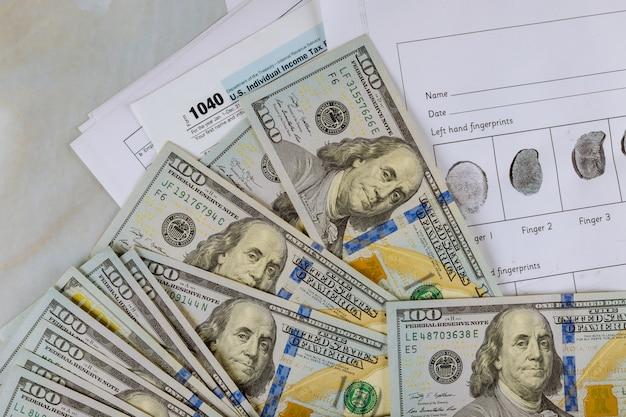 Formulaire de déclaration de revenus 1040 et enregistrement d'empreintes digitales en dollars américains