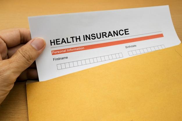 Formulaire de demande d'assurance maladie sur enveloppe brune