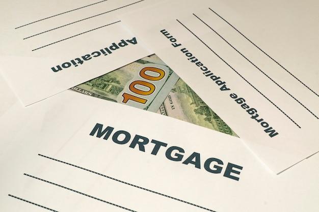 Formulaire de demande d'hypothèque avec de l'argent sur la table