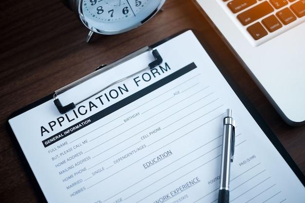 Formulaire de demande sur ordinateur portable utiliser online web job. demande d'emploi formulaire de document d'embauche concept