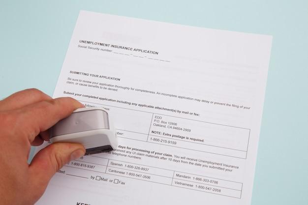 Formulaire de demande de prestations de sécurité sociale en gros plan.
