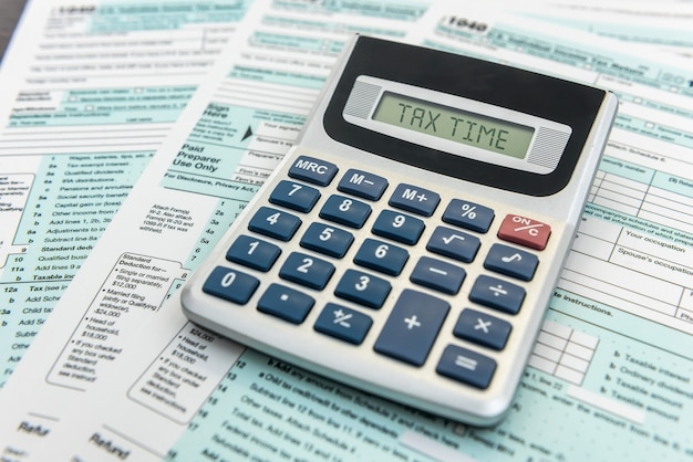 Formulaire fédéral avec stylo et calculatrice sur bureau