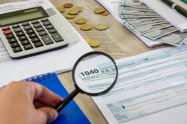 Formulaire fiscal 1040 et loupe