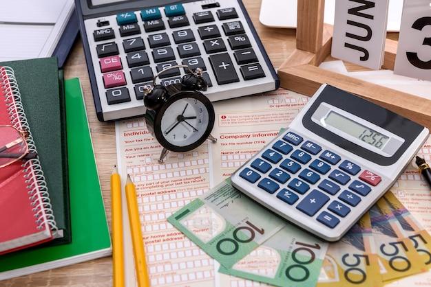 Formulaire fiscal australien avec dollars, calculatrice et horloge